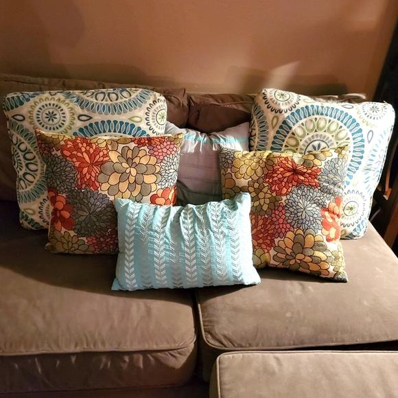 2 Better Homes &Garden throw pillows